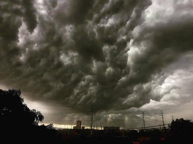 Hà Nội 2h chiều trời tối như ban đêm: Mây đen cuồn cuộn giăng kín bầu trời cùng mưa giông bất chợt khiến người dân phải bật đèn xe di chuyển - Ảnh 8.