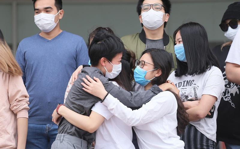 Niềm hạnh phúc của 27 bệnh nhân khỏi Covid-19 ở BV Nhiệt đới Trung ương ngày ra viện