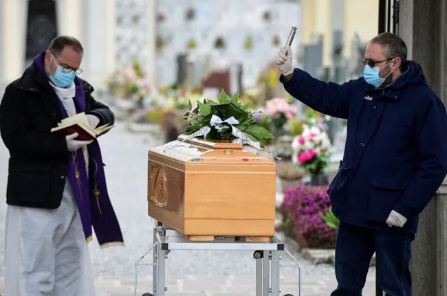 COVID-19 thay đổi phong tục tổ chức tang lễ tại nhiều quốc gia - ảnh 1