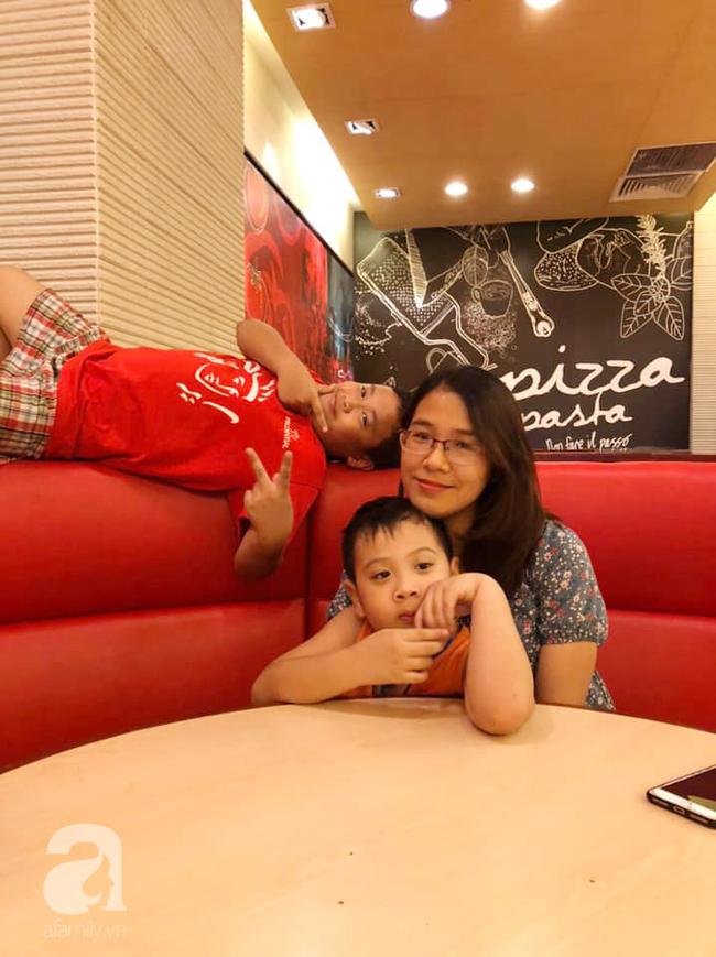 Thấy mẹ mải mê cày phim và ngắm diễn viên Hàn, 2 con trai buông lời cà khịa khiến bố cười sung sướng còn mẹ giận tím người - Ảnh 1.