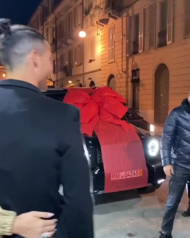 Tiết lộ: Ronaldo từng phải chịu luật rừng ở Juventus, móc tiền mua quà tặng cả đội - Ảnh 3.