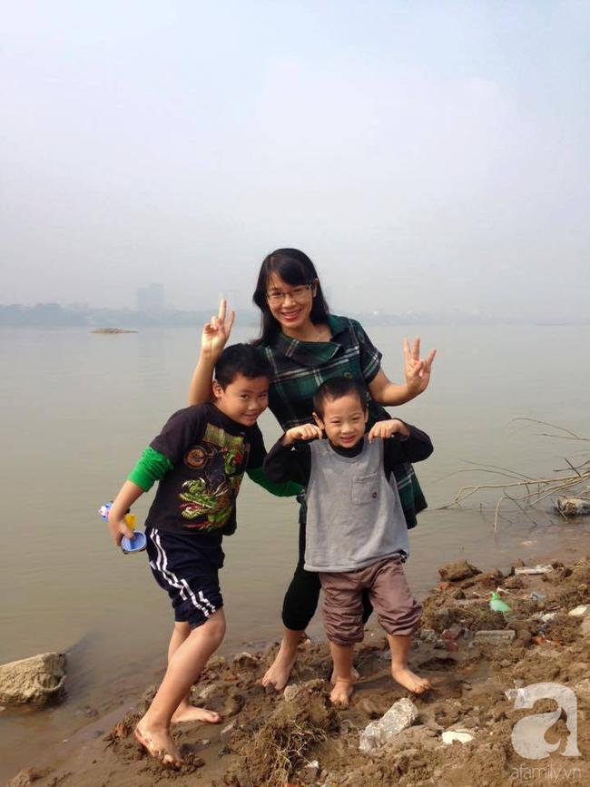Thấy mẹ mải mê cày phim và ngắm diễn viên Hàn, 2 con trai buông lời cà khịa khiến bố cười sung sướng còn mẹ giận tím người - Ảnh 3.