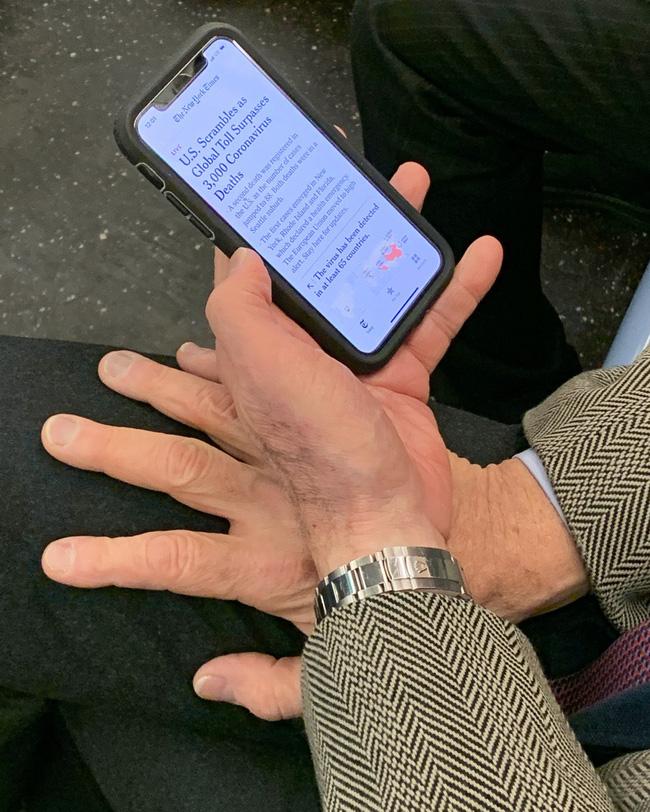 Bộ ảnh Những bàn tay lo âu trên tàu điện được chụp bằng điện thoại chứa đầy sự cô độc, lạ lẫm đến ám ảnh giữa mùa Covid-19 - Ảnh 4.