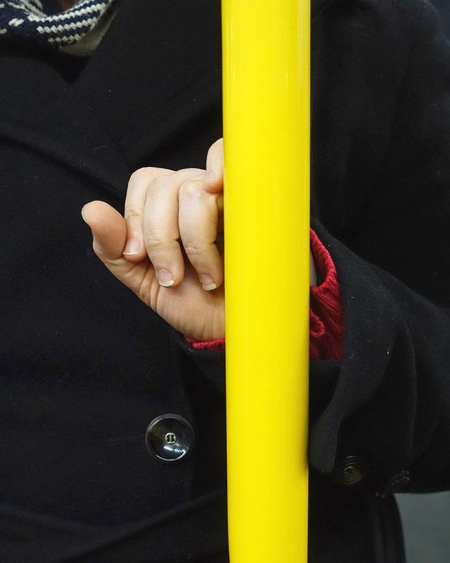 Bộ ảnh Những bàn tay lo âu trên tàu điện được chụp bằng điện thoại chứa đầy sự cô độc, lạ lẫm đến ám ảnh giữa mùa Covid-19 - Ảnh 6.