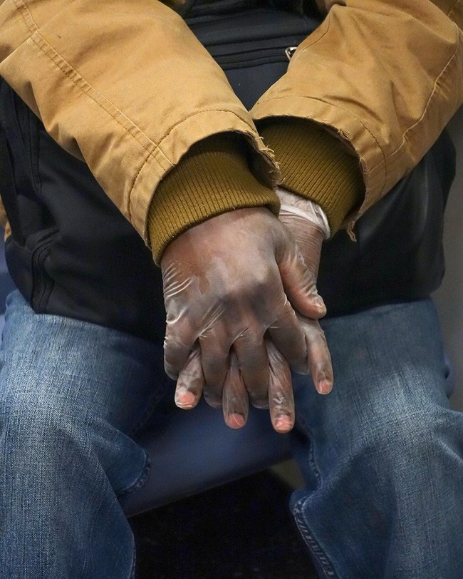 Bộ ảnh Những bàn tay lo âu trên tàu điện được chụp bằng điện thoại chứa đầy sự cô độc, lạ lẫm đến ám ảnh giữa mùa Covid-19 - Ảnh 7.