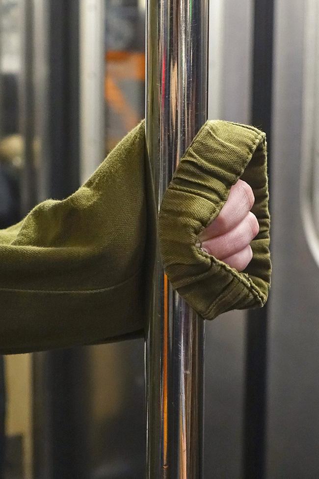 Bộ ảnh Những bàn tay lo âu trên tàu điện được chụp bằng điện thoại chứa đầy sự cô độc, lạ lẫm đến ám ảnh giữa mùa Covid-19 - Ảnh 10.