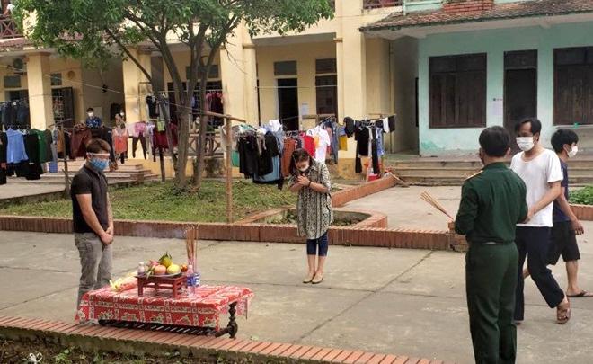 Cha qua đời, nam thanh niên lập bàn thờ chịu tang trong khu cách ly ở Nghệ An - Ảnh 1.