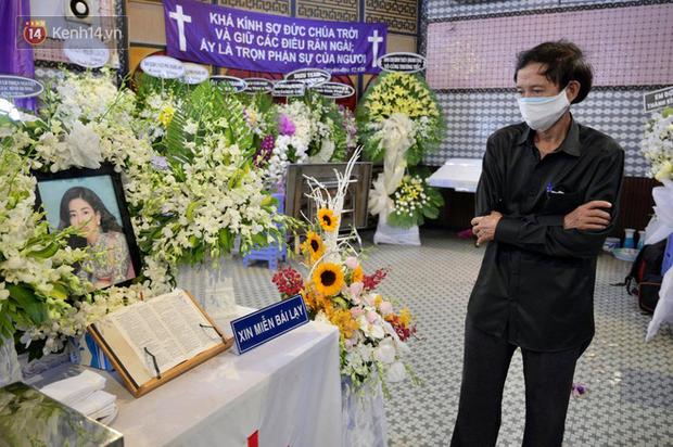 Gia đình đưa tiễn Mai Phương về nơi an nghỉ cuối cùng, giây phút xúc động trong tiếng khóc nghẹn ngào - Ảnh 3.