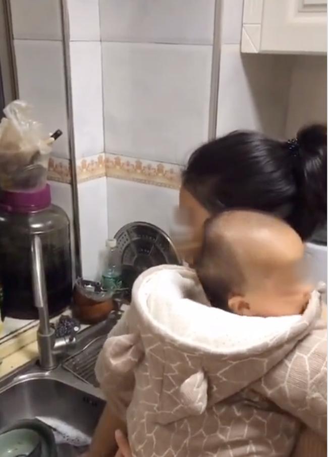 Đoạn clip về bà mẹ siêu nhân vừa ôm con vừa giải quyết núi việc nhà, lúc quay ra ăn cơm thì ai nhìn cũng muốn khóc - ảnh 5