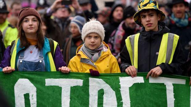 Tụ tập nghe Greta Thunberg phát biểu về bảo vệ môi trường, hàng trăm người khiến sân cỏ tươi xanh biến thành bãi đất bùn tan hoang - Ảnh 1.