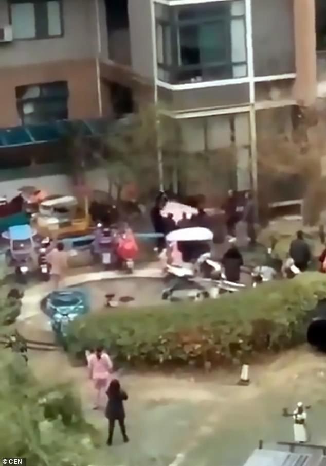 Bé gái 5 tuổi lơ lửng ở tầng 6 tòa chung cư, cả khu phố nháo nhào tìm cách cứu, hỏi mới biết là do hành động bất cẩn của người mẹ - Ảnh 4.