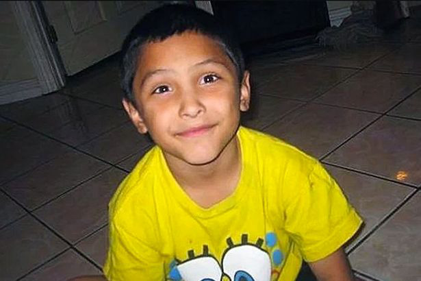 Bé trai 8 tuổi bị mẹ và người tình bạo hành rồi giết hại, đau lòng hơn là mảnh giấy note mà đứa trẻ để lại trong ngăn bàn - Ảnh 3.