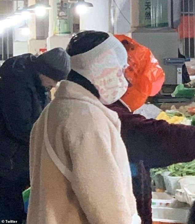 Cảnh tượng tưởng chỉ có ở Trung Quốc giờ đã xuất hiện tại Anh: Người dân chế đủ thứ, từ hộp nhựa, túi đựng đồ đến... áo mưa để làm khẩu trang - Ảnh 7.