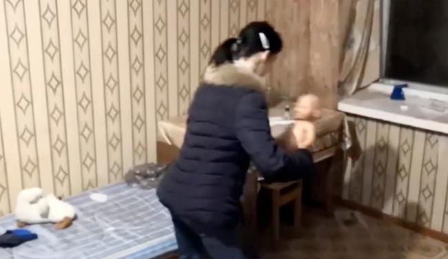 Bé 2 tuổi làm rơi vụn bánh ra sàn, mẹ tức giận nhét cả miếng bánh mì vào miệng khiến con chết ngạt, video dựng lại hiện trường gây phẫn nộ - Ảnh 2.