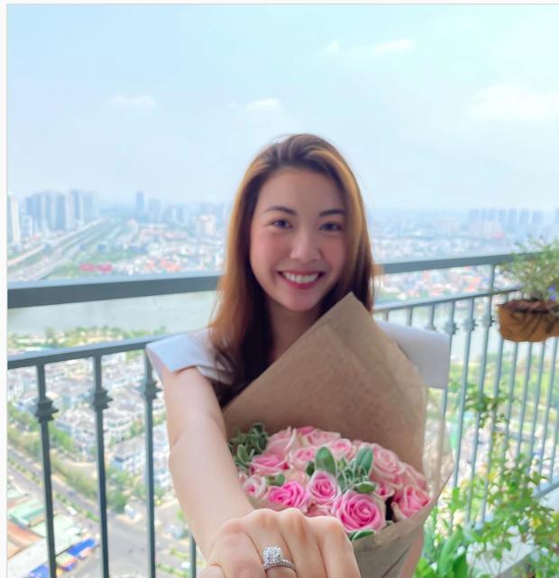 Á hậu Thúy Vân khoe nhẫn kim cương khủng ở ngón áp út: Đặng Thu Thảo và dàn sao liên tục chúc mừng, netizen rần rần hối cưới - Ảnh 1.