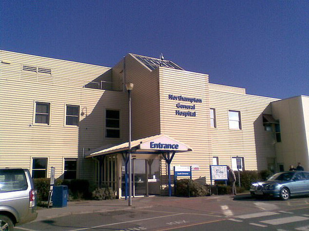 Khan hiếm nước rửa tay trong mùa dịch Covid-19, nhiều người dân ở Anh đến tận bệnh viện lấy cắp của bệnh nhân - Ảnh 1.