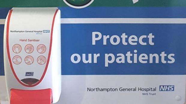 Khan hiếm nước rửa tay trong mùa dịch Covid-19, nhiều người dân ở Anh đến tận bệnh viện lấy cắp của bệnh nhân - Ảnh 3.