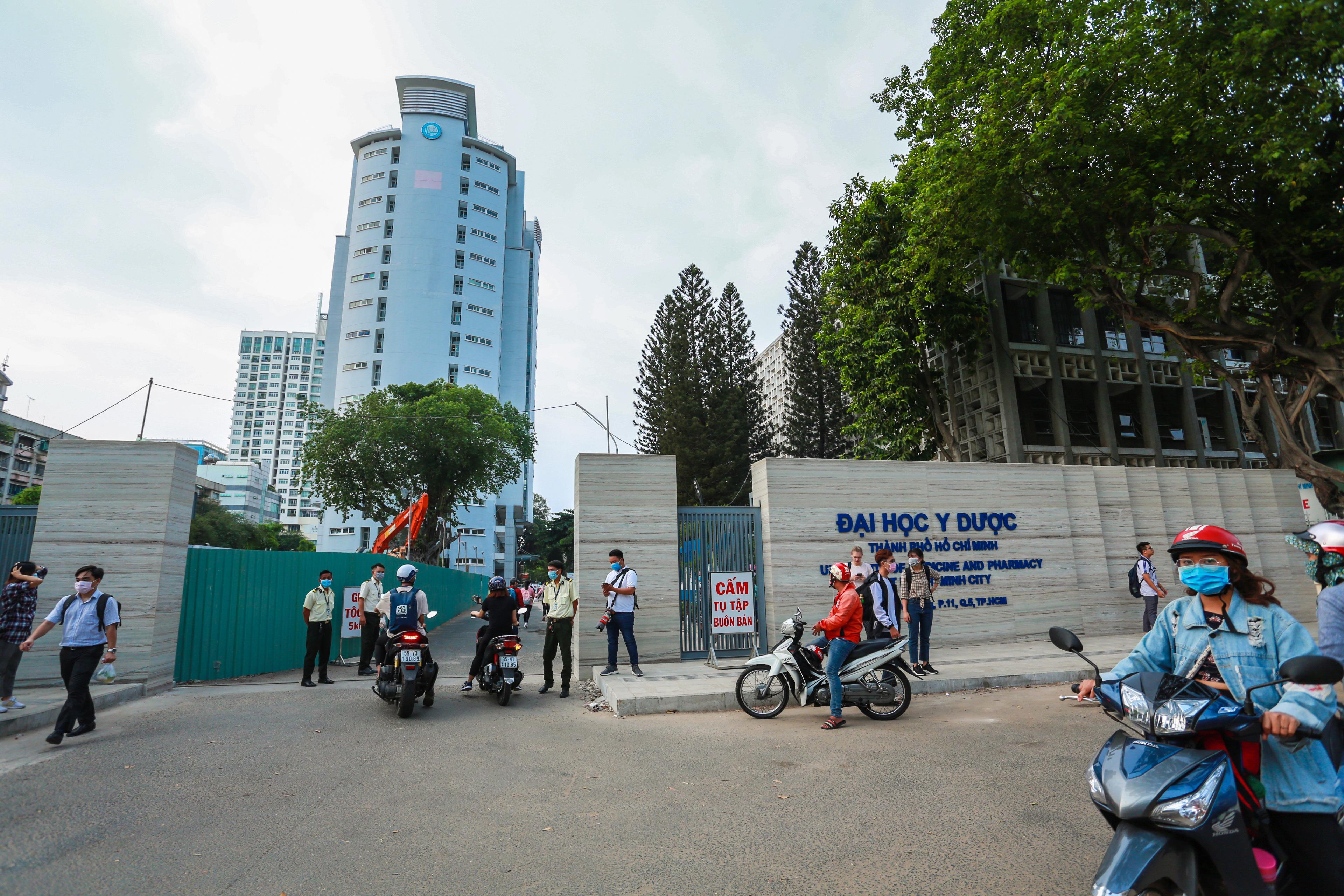 Trường ĐH duy nhất tại TP.HCM trở lại học tập, sinh viên bịt khẩu trang kín mít, kiểm tra nghiêm ngặt khi vào trường - Ảnh 11.