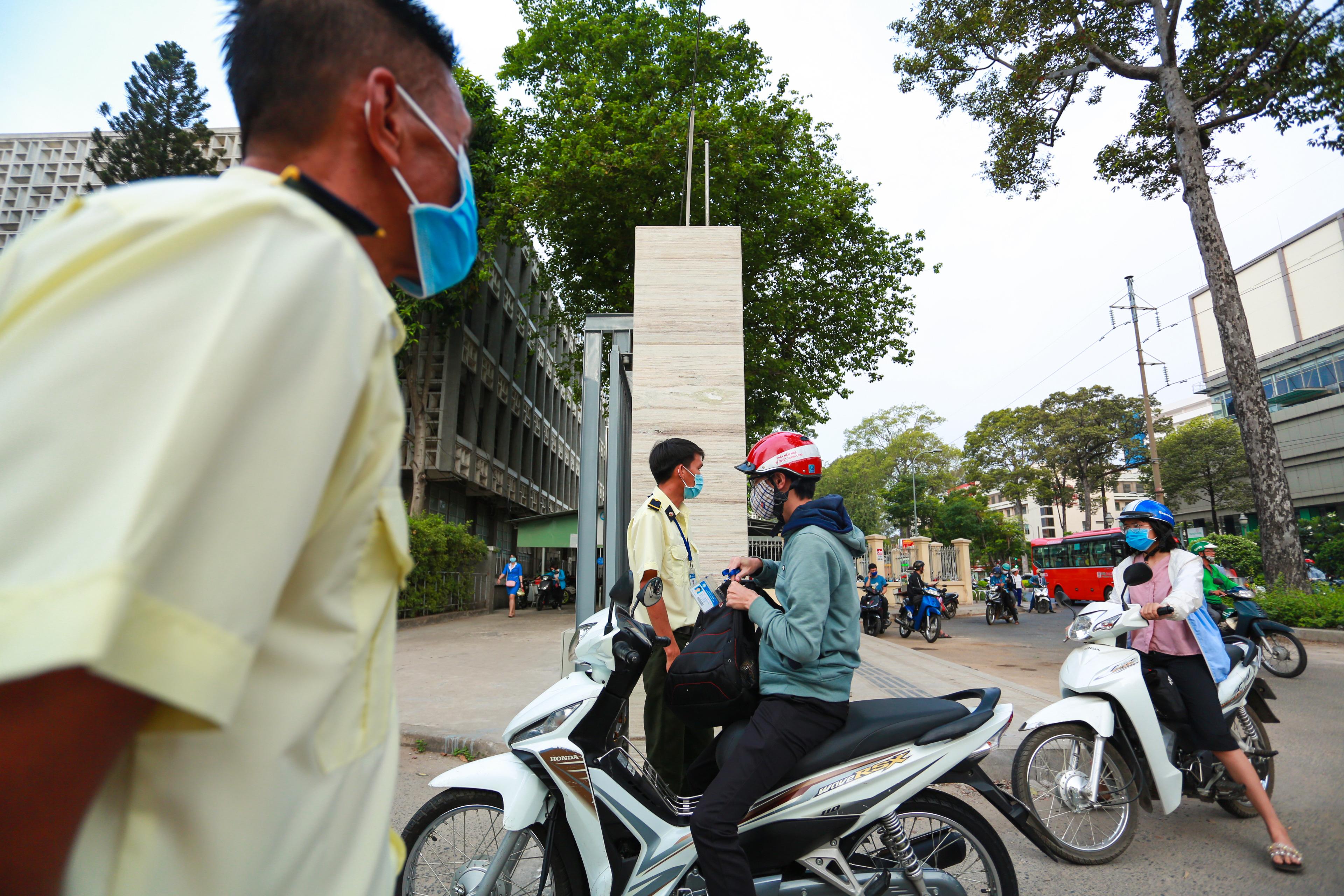 Trường ĐH duy nhất tại TP.HCM trở lại học tập, sinh viên bịt khẩu trang kín mít, kiểm tra nghiêm ngặt khi vào trường - Ảnh 9.