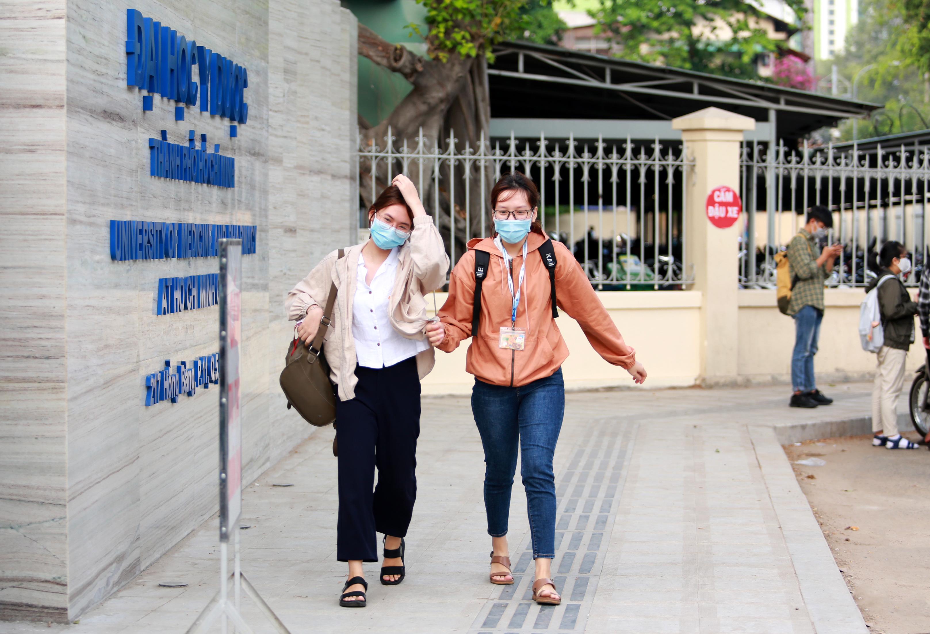 Trường ĐH duy nhất tại TP.HCM trở lại học tập, sinh viên bịt khẩu trang kín mít, kiểm tra nghiêm ngặt khi vào trường - Ảnh 12.