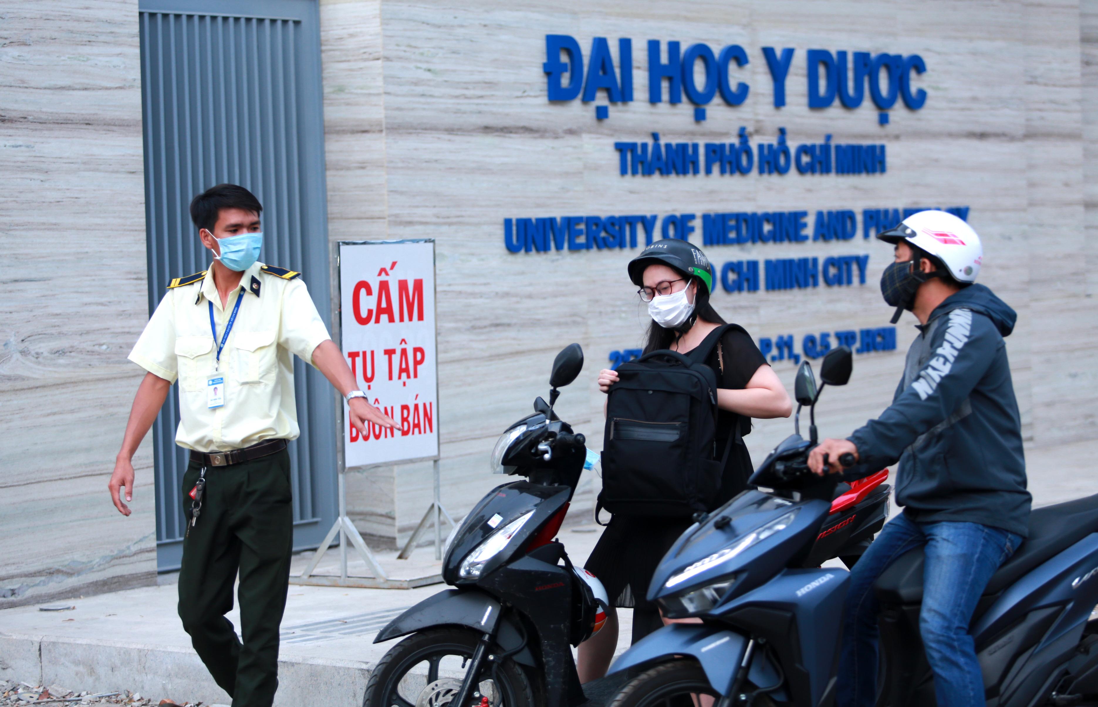 Trường ĐH duy nhất tại TP.HCM trở lại học tập, sinh viên bịt khẩu trang kín mít, kiểm tra nghiêm ngặt khi vào trường - Ảnh 6.