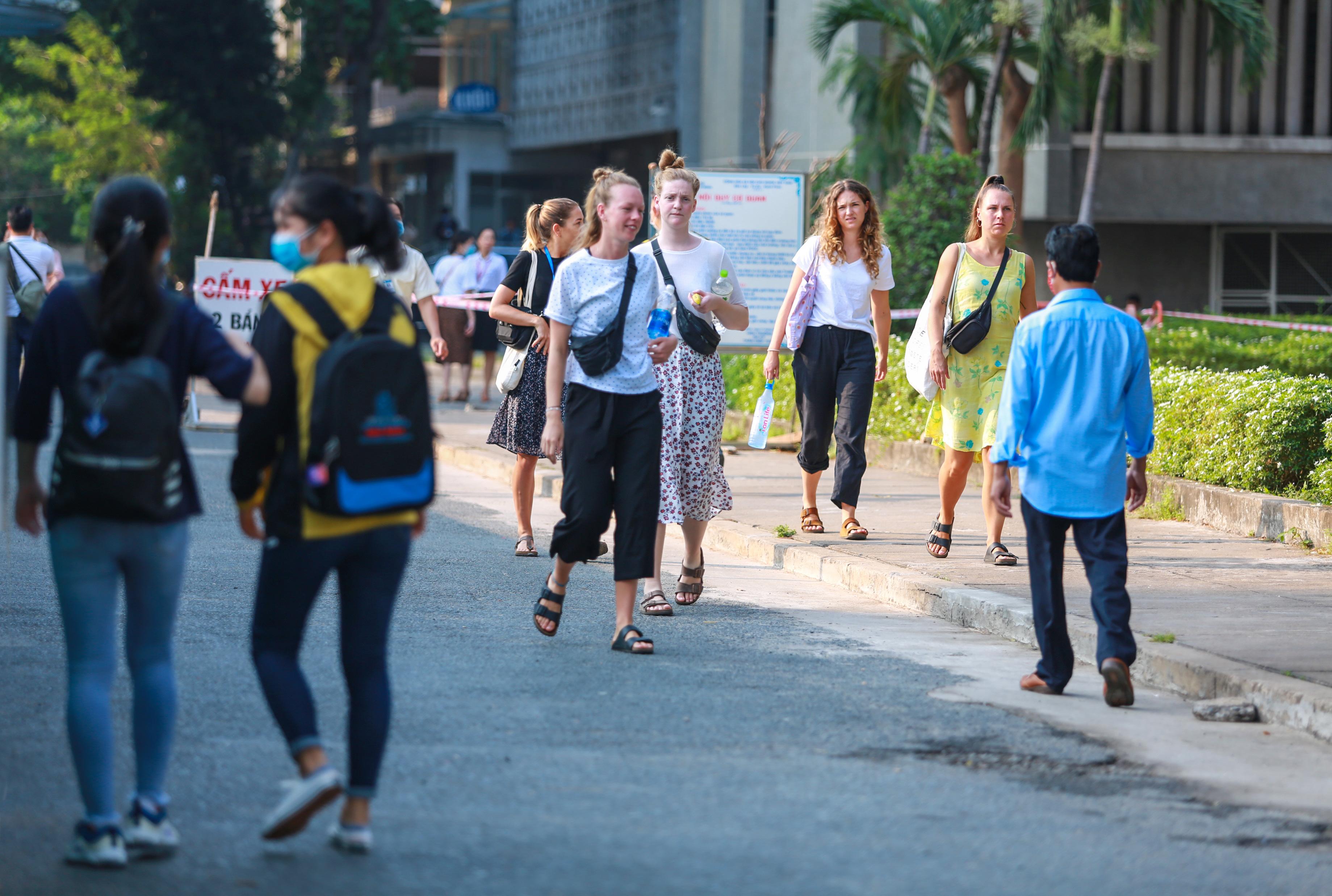 Trường ĐH duy nhất tại TP.HCM trở lại học tập, sinh viên bịt khẩu trang kín mít, kiểm tra nghiêm ngặt khi vào trường - Ảnh 14.