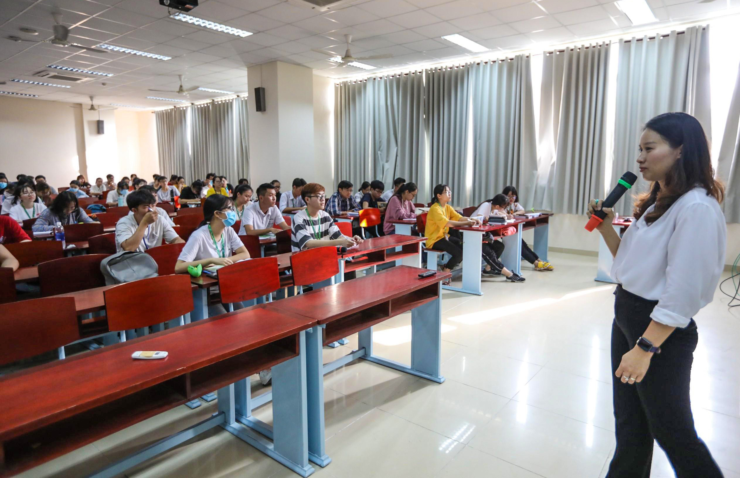 Trường ĐH duy nhất tại TP.HCM trở lại học tập, sinh viên bịt khẩu trang kín mít, kiểm tra nghiêm ngặt khi vào trường - Ảnh 17.
