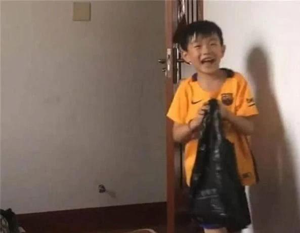 Công ty của bố bị phá sản, cậu con trai 8 tuổi khiến cha xúc động nghẹn lời khi quyết định làm một việc lớn lao - Ảnh 1.