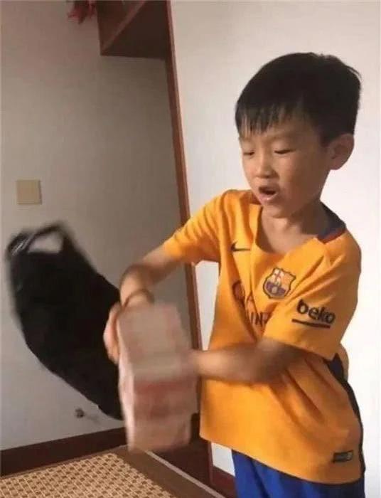 Công ty của bố bị phá sản, cậu con trai 8 tuổi khiến cha xúc động nghẹn lời khi quyết định làm một việc lớn lao - Ảnh 2.