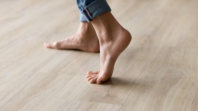 Hóa ra 100 năm khoa học đã nhầm: Chỗ lõm trên bàn chân không giúp con người đứng thẳng, mà là vòm xương ngang - Ảnh 1.