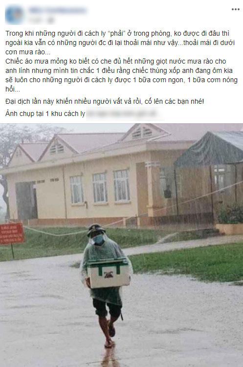 Hình ảnh anh lính đội mưa, khệ nệ bê thùng xốp tiếp tế lương thực cho người dân ở khu cách ly khiến ai nấy đều ấm lòng - ảnh 1
