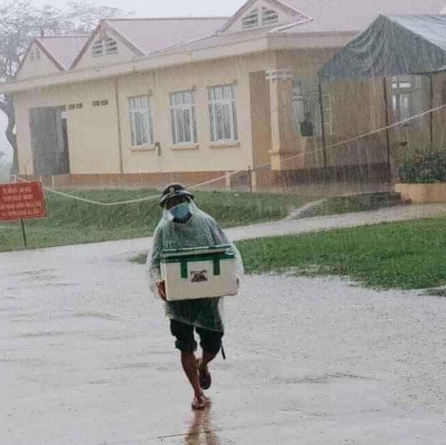 Hình ảnh anh lính đội mưa, khệ nệ bê thùng xốp tiếp tế lương thực cho người dân ở khu cách ly khiến ai nấy đều ấm lòng - ảnh 2