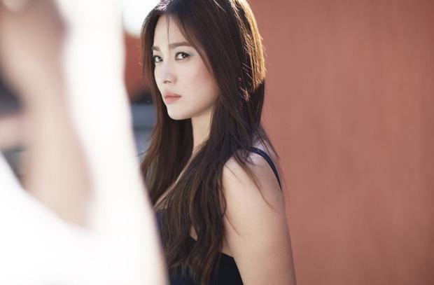 Bộ ảnh mới khoe gây bão của Song Hye Kyo: U40 mà trẻ đẹp mơn mởn như gái đôi mươi, body hậu ly hôn lột xác bất ngờ - Ảnh 3.
