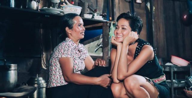 Mẹ Hoa hậu Hhen Niê đồng ý con gái quan hệ với bạn trai - Ảnh 1.
