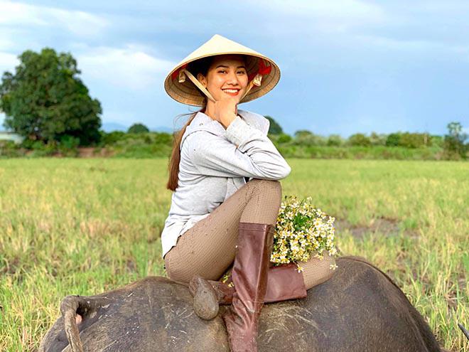 Người mẫu Việt gợi cảm, nổi tiếng về quê chăn trâu phụ giúp gia đình - Ảnh 1.