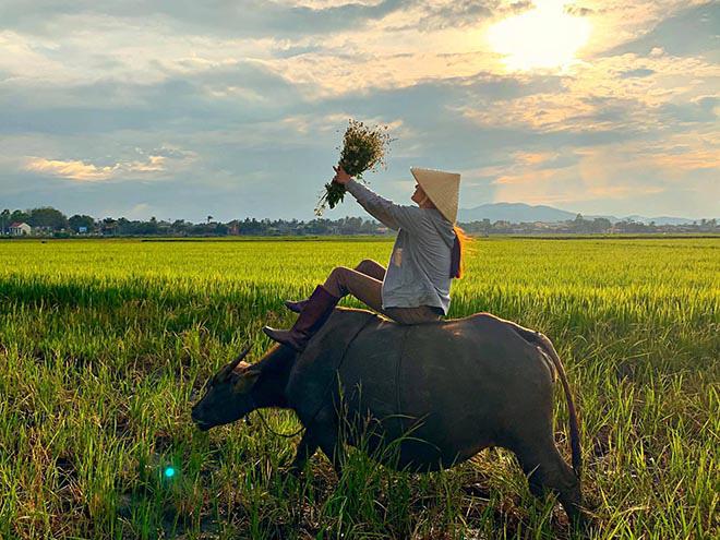 Người mẫu Việt gợi cảm, nổi tiếng về quê chăn trâu phụ giúp gia đình - Ảnh 4.