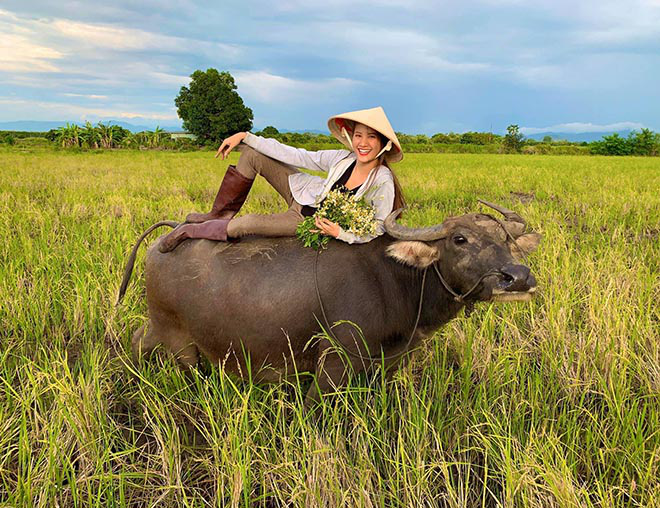 Người mẫu Việt gợi cảm, nổi tiếng về quê chăn trâu phụ giúp gia đình - Ảnh 3.