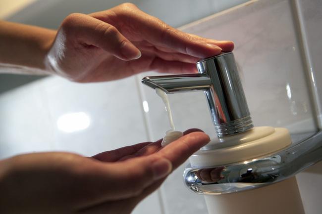 Rửa tay trong mùa dịch Covid-19: 7 cách giữ da tay luôn mịn màng và khỏe đẹp, là phụ nữ lại càng nên học hỏi - Ảnh 2.