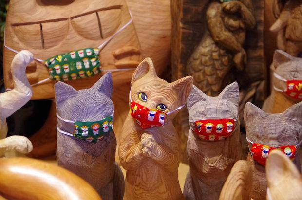 Ngôi đền đặc biệt ở Nhật Bản được mệnh danh là Đền Mèo, trụ trì tự tay làm khẩu trang cho hàng trăm chú mèo gỗ từ tã lót trẻ em - Ảnh 2.