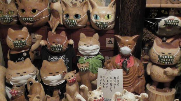 Ngôi đền đặc biệt ở Nhật Bản được mệnh danh là Đền Mèo, trụ trì tự tay làm khẩu trang cho hàng trăm chú mèo gỗ từ tã lót trẻ em - Ảnh 5.
