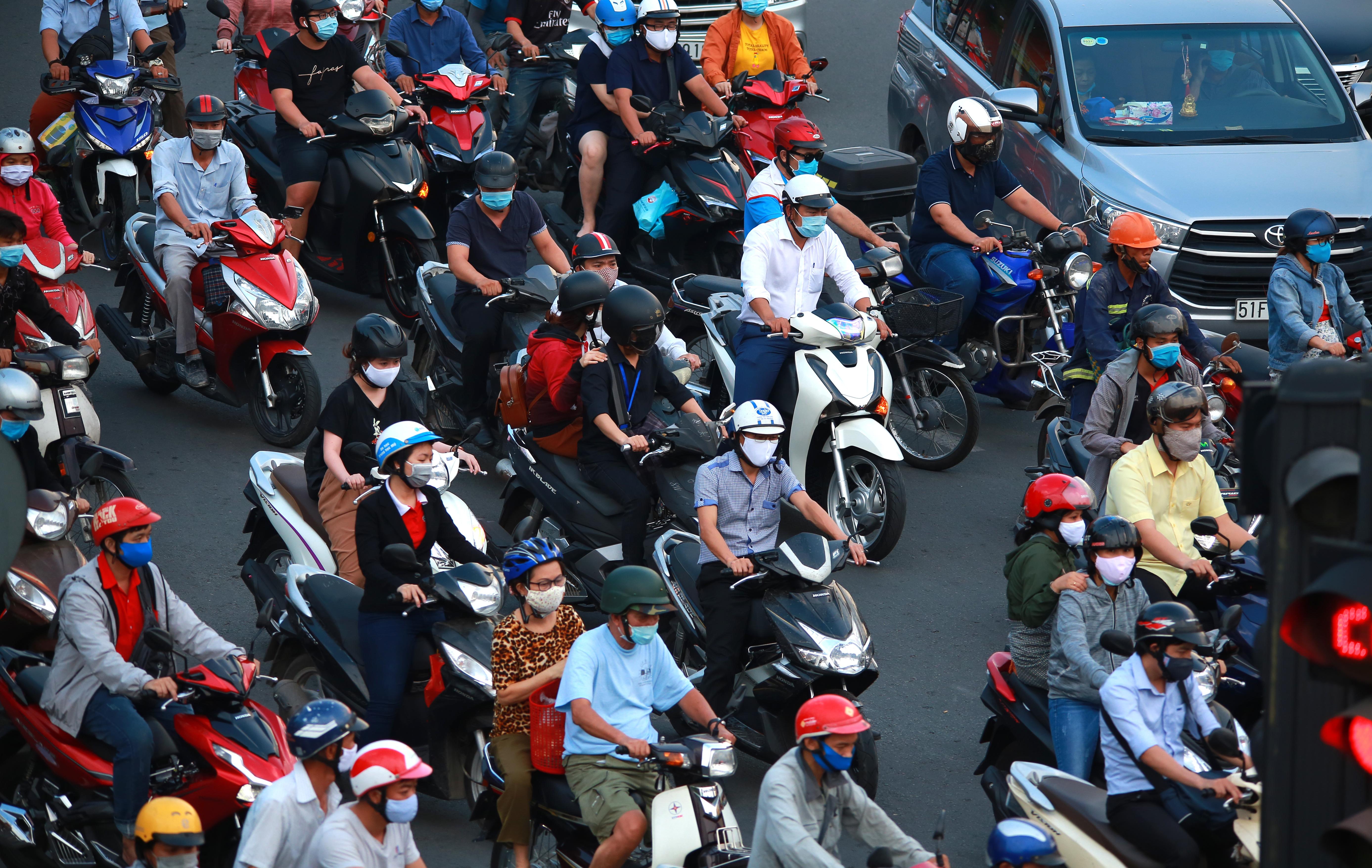 Sài Gòn đông đúc khi sắp kết thúc đợt cách ly toàn xã hội 14 ngày - Ảnh 11.