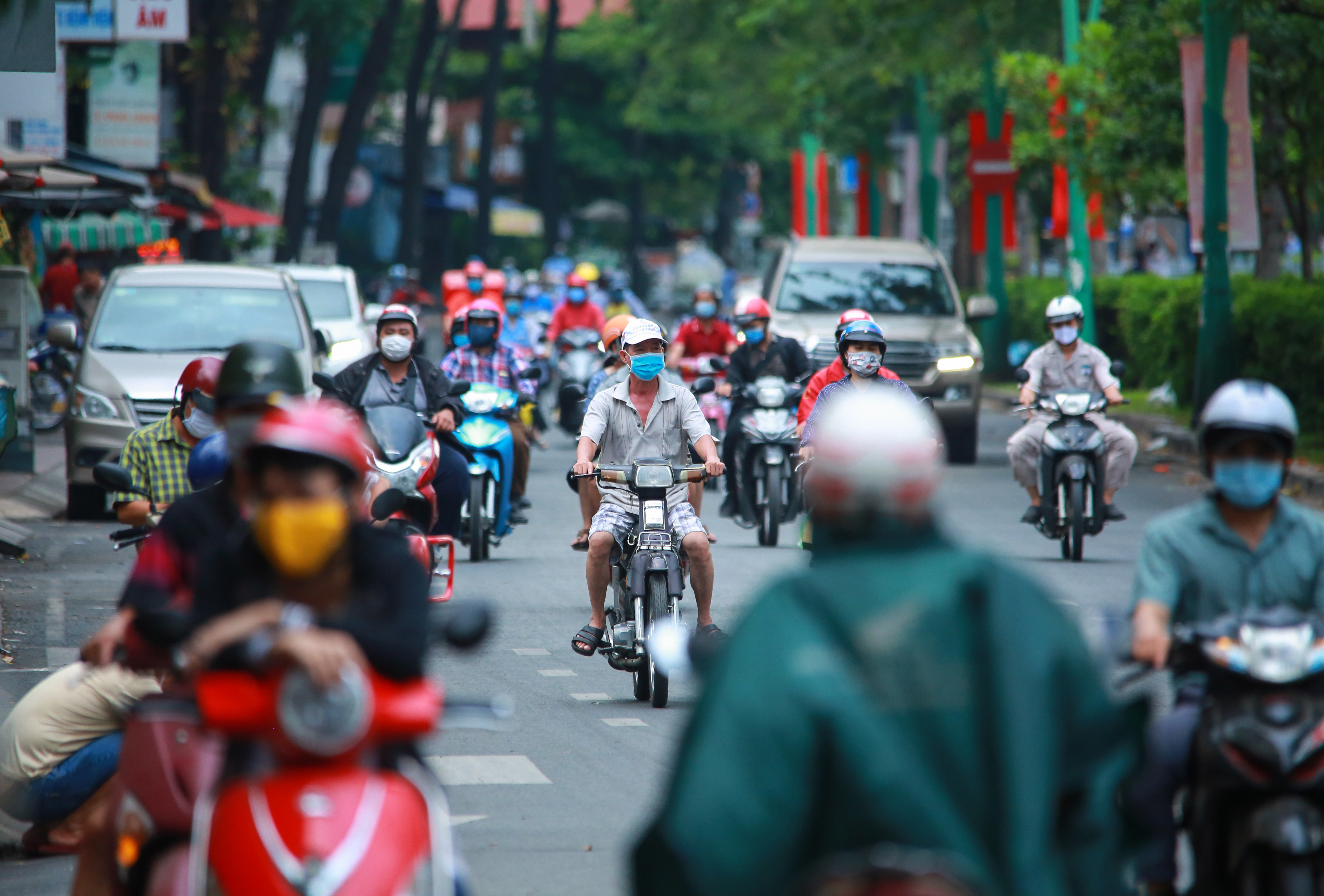 Sài Gòn đông đúc khi sắp kết thúc đợt cách ly toàn xã hội 14 ngày - Ảnh 3.