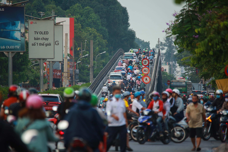 Sài Gòn đông đúc khi sắp kết thúc đợt cách ly toàn xã hội 14 ngày - Ảnh 4.