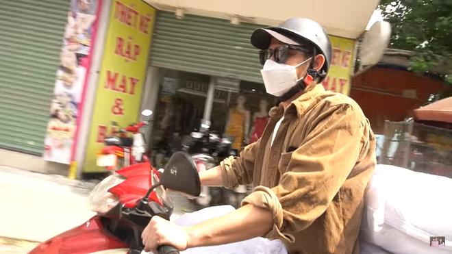 Huy Khánh gặp sự cố, phải lái xe máy chở 200 kg gạo đi từ thiện - Ảnh 2.