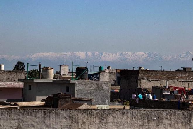 Cách ly dịch Covid-19 khiến không khí trong lành hơn, người dân Ấn Độ tận mắt thấy lại được dãy Himalayas sau 30 năm - ảnh 1