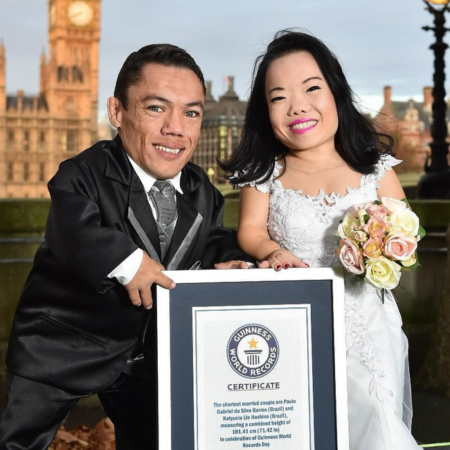 Cặp đôi nhỏ bé nhất thế giới cao chưa đầy 1m: Quen biết trên mạng, chàng bị nàng block vì nhạt nhẽo nhưng cuối cùng cũng nên duyên chồng vợ - Ảnh 1.