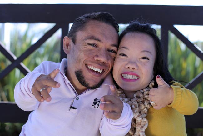 Cặp đôi nhỏ bé nhất thế giới cao chưa đầy 1m: Quen biết trên mạng, chàng bị nàng block vì nhạt nhẽo nhưng cuối cùng cũng nên duyên chồng vợ - Ảnh 2.