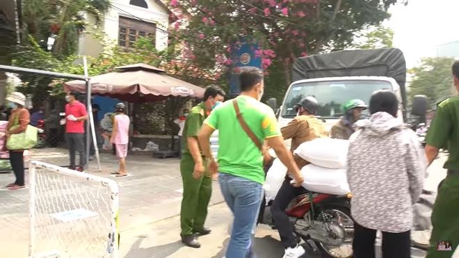 Huy Khánh gặp sự cố, phải lái xe máy chở 200 kg gạo đi từ thiện - Ảnh 4.