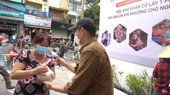 Huy Khánh gặp sự cố, phải lái xe máy chở 200 kg gạo đi từ thiện - Ảnh 6.