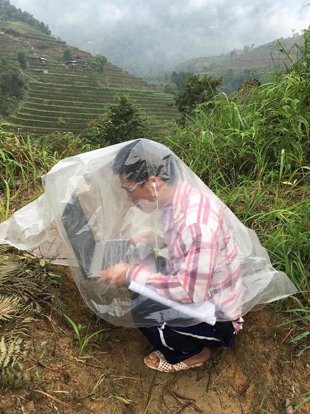 Nam sinh trùm áo mưa, leo đồi 10km bắt sóng học online: Được mời vào ủy ban nhưng từ chối vì lý do cách ly đặc biệt - Ảnh 1.